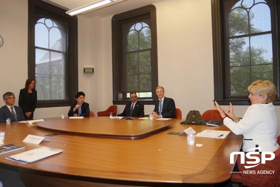 지난 14일 홍덕률 대구대 총장(왼쪽 끝)은 갈로뎃 대학의 로버타 콜다노(오른쪽 끝, 흰색 옷)과 교환학생 프로그램 등 두 대학 교류 협력에 관한 의견을 나누고 있다. (사진 = 대구대학교)