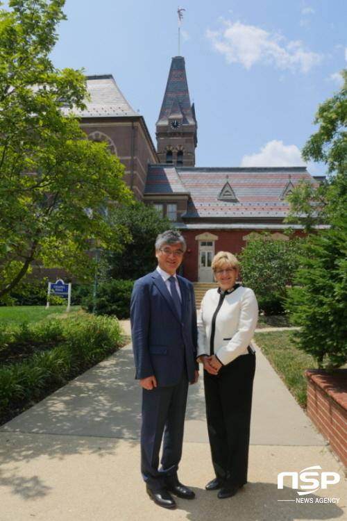 홍덕률 대구대 총장(왼쪽)과 갈로뎃 대학의 로버타 콜다노 총장(오른쪽)이 캠퍼스에서 기념사진을 찍고 있다. (사진 = 대구대학교)