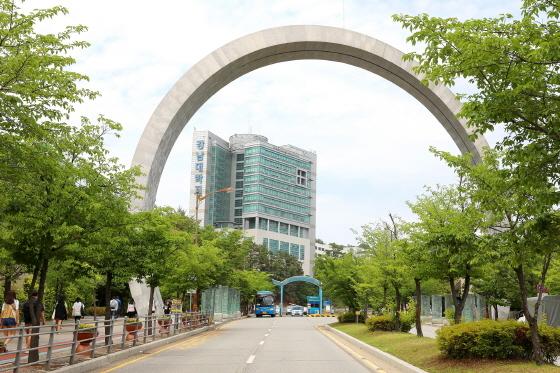 강남대학교 정문과 샬롬관 전경. (사진 = 강남대학교)