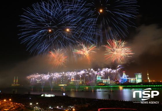 형산강에서 열린 지난 제12회 포항국제불빛축제 (사진 = 포항제철소)
