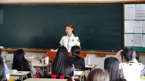남부경찰서 관계자가 경일여고 학생들에게 교통안전교육을 실시하고 있는 모습 (사진 = 대구남부경찰서 제공)