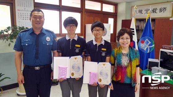 김규진 학생 (왼쪽에서 두번째)과 조은산 학생 (오른쪽에서 두번째)가 상장을 들어보이며 기념 촬영을 가졌다. (사진 = 대구강북경찰서 제공)