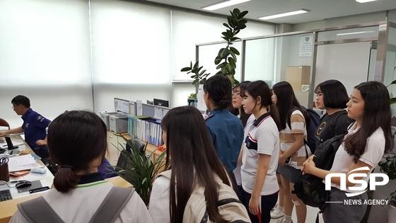 학남고 경찰동아리 소속 학생들이 경찰서 견학을 진행 중인 모습 (사진 = 대구강북경찰서 제공)