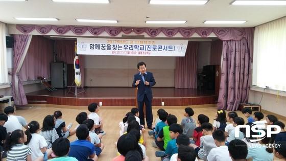 진로와.꿈을주제로 강연하는 전직군인 남한권 장군 (사진 = 울릉교육청 제공)