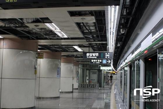 천장이 뻥 뚫려 각종 배선이 노출된 대구도시철도 2호선 D역사 (사진 = 김덕엽 기자)