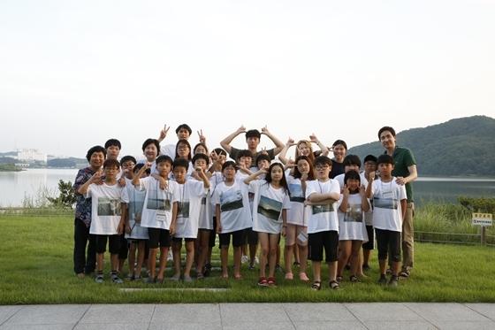 사진교실 참가학생들이 단체 사진을 찍는 모습 (사진 = 한진)