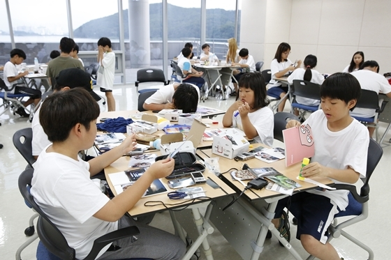 사진교실 참가학생들이 실습시간에 사진앨범을 만드는 모습 (사진 = 한진)