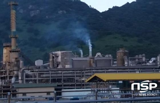 남해화학 굴뚝에서 뿜어져 나오는 연기 (사진 = 서순곤 기자)