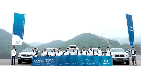 쌍용차 왕쯔홍(Wang Zhi-hong, 왼쪽 다섯 번째) 중국법인장을 비롯한 관계자들이 G4 렉스턴의 무사 완주를 기원하며 포즈를 취하고 있다. (사진 = 쌍용차)