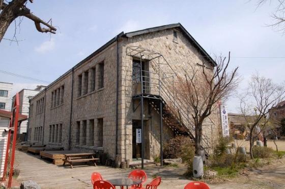 현재 뽈리화랑으로 사용되고 있는 구 소화초등학교 모습. (사진 = 수원시)