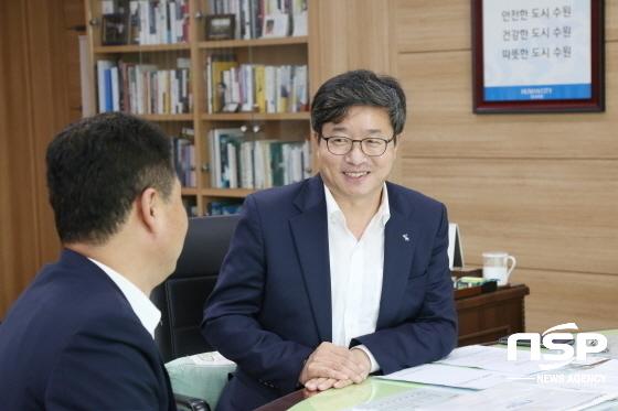 염태영 수원시장이 본보 기자와 수원시의 현안에 대해 이야기를 나누고 있다. (사진 = 민경호 기자)