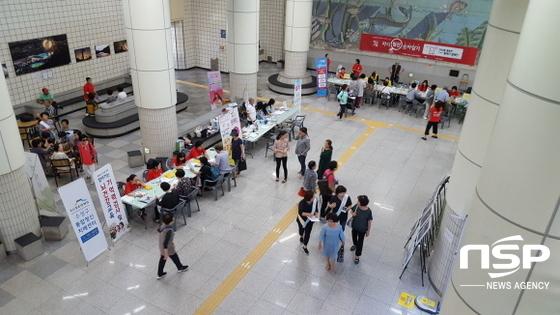 성구 보건소에서 개최한 심뇌혈관질환 예방 캠페인에서 지하철을 이용하는 주민들이 상담부스에서 상담을 받고 있다. (사진 = 수성구청)