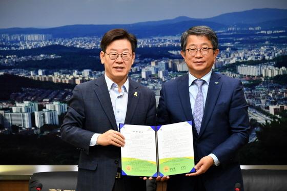 이재명 성남시장(왼쪽)과 박상우 LH 사장이 성남형 도시재생사업 기본업무 협약 체결 후 기념사진을 찍고 있다. (사진 = 성남시)