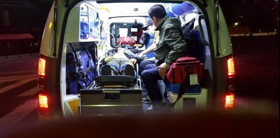 고철용 비리척결운동본부장이 18일 새벽 0시 5분 단식투쟁으로 인한 급격한 스트레스와 체력저하로 쇼크를 일으키며 졸도해 119 구급차에 실려가고 있다. (사진 = 비리척결운동본부)