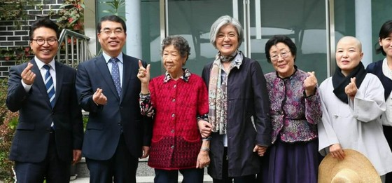 강경화 외교부장관과 양기대 광명시장 및 광주 나눔의 집 할머니들이 기념사진을 촬영하고 있다. (사진 = 광명시)