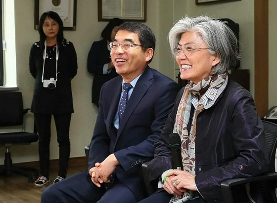 강경화 외교부장관(우)과 양기대 광명시장(좌)이 함께 앉아 일본군 위안부 할머니들과 간담회를 갖고 있다. (사진 = 광명시)