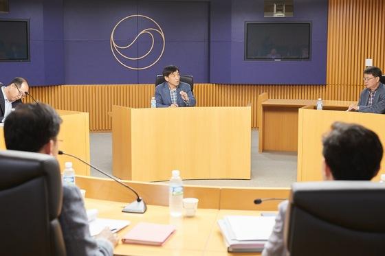 (사진 = 한국은행, 이주열 한국은행 총재(가운데)가 9일 태평로 한국은행 본부에서 열린 금융경제상황 점검회의를 주재하고 있다)