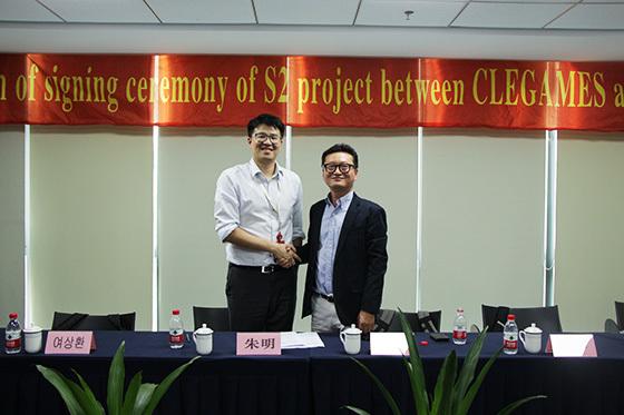 모닝텍 Brian M.Zhu 대표와 클래게임즈 정희철 대표(우)가 계약을 체결하고 포즈를 취하고 있다.