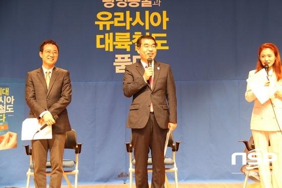 양기대 광명시장(가운데)와 양지열 변호사(왼쪽) 방송인 이언경씨가 북 콘서트 2부를 진행하고 있다. (사진 = 박승봉 기자)