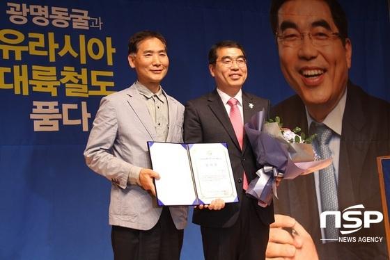 이정찬(왼쪽)국산밀산업협회 이사장이 양기대 광명시장에게 감사패를 수여하고 기념사진을 촬영하고 있다. (사진 = 박승봉 기자)