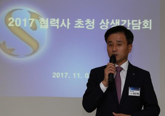 (사진 = 신한은행, 박우혁 신한은행 부행장이 참석한 협력사 임직원들에게 인사말을 하고 있는 모습)