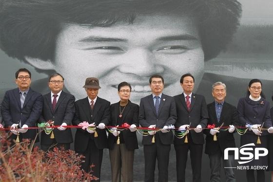 양기대 광명시장(오른쪽 네번째)을 비롯한 관계자들이 기형도 문학관 테이프컷팅식에 앞서 기념촬영을 하고 있다. (사진 = 박승봉 기자)