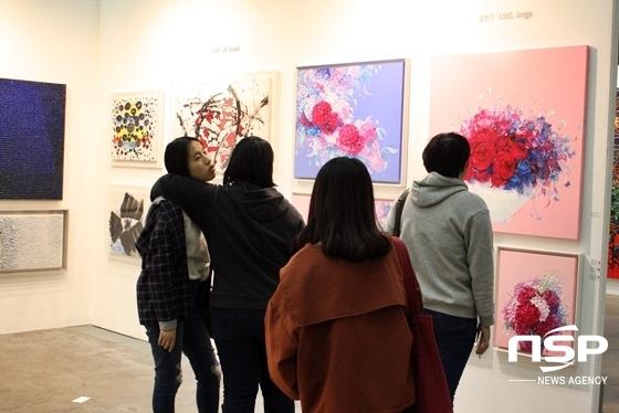 대구아트페어를 방문한 시민들이 Art G&G 전시회를 방문해 작품을 관람하고 있다. (사진 = 김덕엽 기자)
