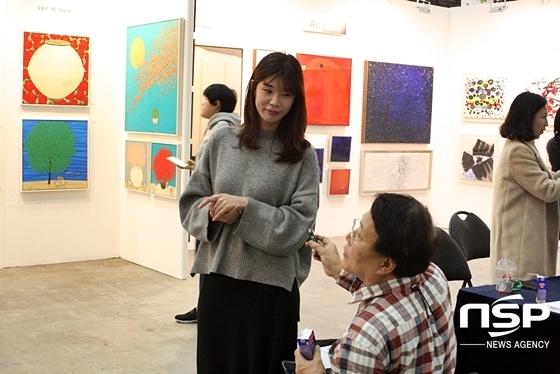 전시회에 참여한 김정미 작가 (왼쪽)과 마태식 시사만화가 (오른쪽)와 인터뷰를 나누고 있다. (사진 = 김덕엽 기자)