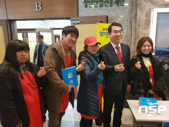양기대 광명시장(오른쪽 두번째)이 사랑의 짜장차 김후남 회장과 오종혁 대표 및 회원들과 기념사진을 찍고 있다. (사진 = 박승봉/김병관 기자)