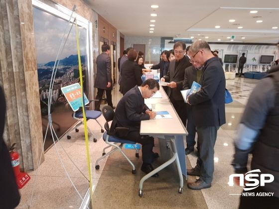 양기대 광명시장이 성남시 북콘서트에서 책에 사인을 해주고 있다. (사진 = 박승봉/김병관 기자)