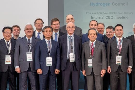 앞줄 왼쪽부터 혼다 구라이시 세이지 최고운영책임자, 플라스틱옴니엄 로랑 뷔렐 회장, 현대자동차 양웅철 부회장, 에어리퀴드 베누아 포티에 회장, 도요타 우치야마다 회장, 가와사키 요시노리 가네하나 CEO, 뒷줄 왼쪽부터 스타토일 슈타이너 에이카스 저탄소 사업담당, 엔지 프랑크 부뤼엘 전무, BMW그룹 클라우스 프뢰리히 AG개발 이사회 임원, 쉘 슈틴 판 엘리스 CEO, 다임러 오헨 헤르만 상무, GM 게리 P 스토틀러 글로벌수소전기차 매니저, GM 찰리 (사진 = 현대차)