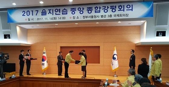 ▲보령시 박정애 주무관이 비상대비 확립 유공으로 국무총리 표창을 수상했다. (사진 = 보령시)