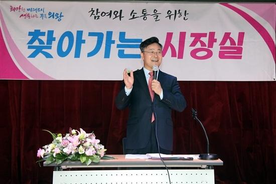 찾아가는 시장실이 진행되고 있는 가운데 김성제 의왕시장이 시민들의 애로 및 건의사항을 청취하며 답하고 있다. (사진 = 의왕시)
