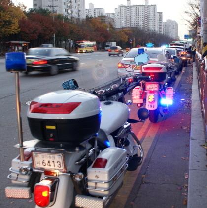 수능시험 당일 수험생 교통지원에 나설 경찰 모터사이클 모습. (사진 = 수원시)