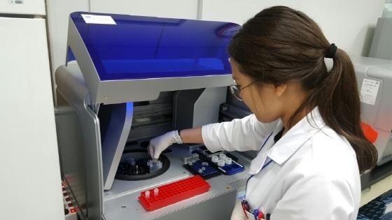 경기도보건환경연구원 관계자가 인플루엔자 검사를 하고 있다. (사진 = 경기도)