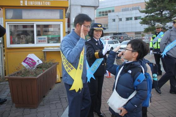 가현초등학교 입구에서 현춘희 김포 경찰서장을 비롯한 관계자들이 교통안전 캠페인을 실시하고 있다. (사진 = 김포경찰서)