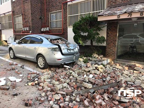 포항 북구 환여동 소재 모 빌라에서 지진으로 쏟아진 벽돌이 인근 주차 차량을 덮쳤다. (사진 = 독자 제공)