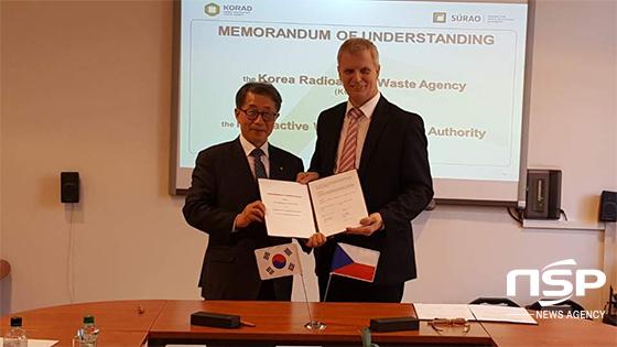 조병옥 한국원자력환경공단 이사장 직무대행(왼쪽)과 지리 슬로박 SURAO 소장이 방사성폐기물 관리분야 상호협력 활성화를 위한 양해각서(MOU)를 교환하고 있다. (사진 = 한국원자력환경공단)