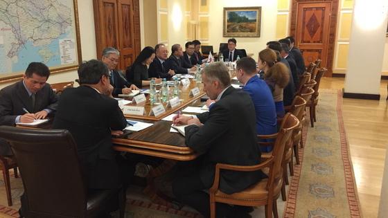 이달 1일 해외건설협회 중소기업 시장개척단이 우크라이나 인프라부를 방문해 면담을 진행하고 있다.