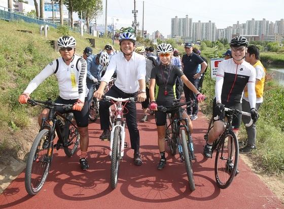 김만수 부천시장(가운데)이 지난 5월 굴포천 소통의교량 개통 기념 라이딩을 하고 있다. (사진 = 부천시)