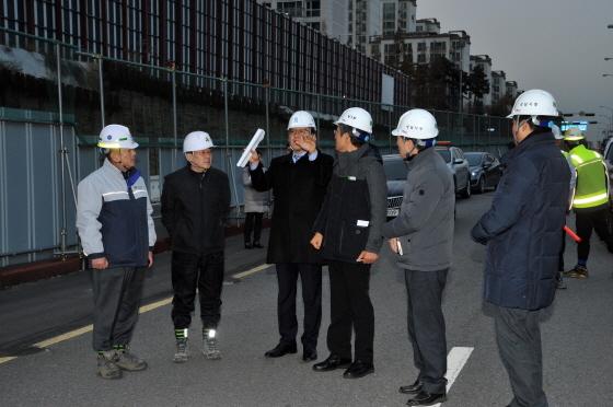 이재철 성남부시장이 12월 6일 단대동 남한산성 순환도로 공사 현장에서 현안 파악 중이다. (사진 = 성남시)