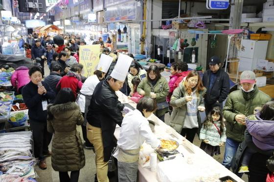 목포자유시장 철딱서니 수산물 축제 (사진 = 목포시)