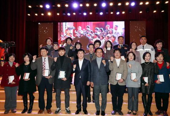8일 정찬민 용인시장(앞줄 왼쪽 다섯번째)을 비롯한 관계자들이 자원봉사자의 날 기념식 개최 후 기념촬영을 하고 있다. (사진 = 용인시)