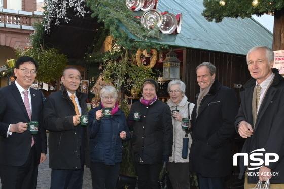 최양식 경주시장(왼쪽 두번째)이 하이델베르크 시장(오른쪽 두번째)과 함께 와인을 시음하는 시민들과  기념사진을 찍고 있다. (사진 = 경주시)