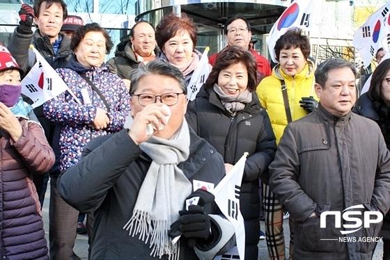 조원진 대한애국당 대표가 박 전 대통령의 무죄를 주장하는 집회에 참석해 물을 마시고 있다. (사진 = 김덕엽 기자)