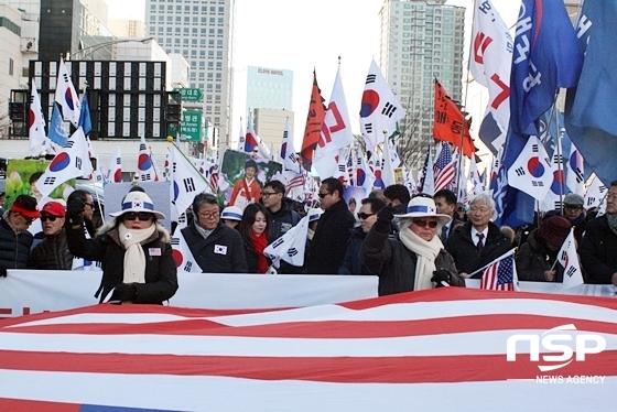 집회를 마친 친박단체 회원들이 반월당네거리에서 수성교까지 거리 행진을 진행하고 있다. (사진 = 김덕엽 기자)