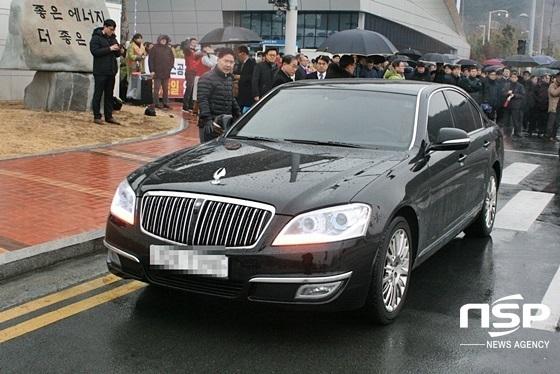 첫 출근에 실패한 정승일 신임 한국가스공사 사장이 차량을 타고 가스공사를 떠나고 있다. (사진 = 김덕엽 기자)