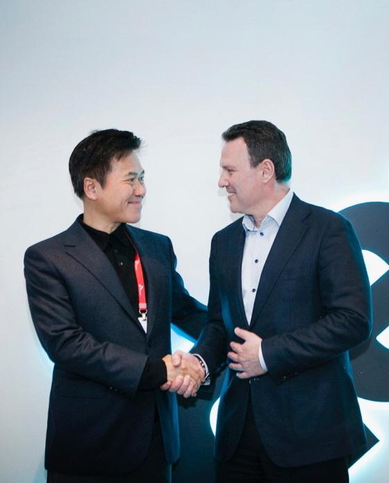 SK텔레콤 박정호 사장(왼쪽)과 히어 에자드 오버빅(Edzard Overbeek) CEO는 9일(현지시간) CES 2018이 열린 美 라스베이거스 컨벤션 센터 히어 전시관에서 5G 자율주행 · 스마트시티 사업 전략적 파트너십을 체결했다.