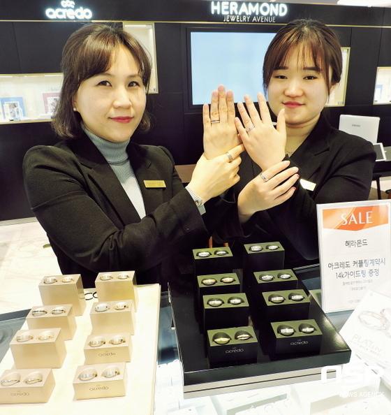 아크레도는 커스터마이징(주문제작)이 가능해 반지의 너비, 두께, 모양 등 고객이 직접 디자인에 참여할 수 있다. 직원들이 제품을 선보이고 있다. (사진 = 롯데백화점 대구점)