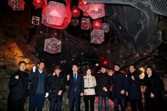 양기대 광명시장과 광부출신 어르신 등이 참석한 가운데 광명동굴 타임캡슐관 개관식을 갖고 기념사진을 촬영. (사진 = 광명시)